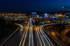 Mellanstatlig planskild korsning på natten med trafikljusslingor Fotografering för Bildbyråer