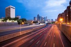 Mellanstatliga 85 och horisont av i stadens centrum Atlanta Fotografering för Bildbyråer