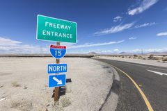 Mellanstatliga 15 på ramp undertecknar in Mojaveöknen Royaltyfria Bilder