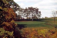 Mellanvästern- höstplats med färgrika träd på en golfbana royaltyfri bild