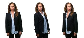 Mellersta ålderaffärskvinna med långt hår arkivbilder