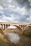 Mellersta ålderbro för gammal sten i Bulgarien, molnig himmel fotografering för bildbyråer
