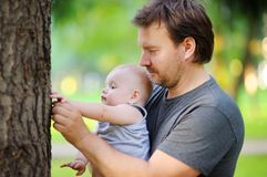 Mellersta ålderfader med hans lilla son Royaltyfria Bilder