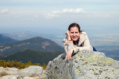 Mellersta ålderkvinna i berg Arkivfoton