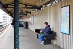 Mellersta ålderman i NYC-gångtunnel Royaltyfria Foton