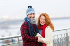 Mellersta ålderman och kvinnor som ler på gatan Glade kvinnor och grabb Le par på gatan i vinterkläder Arkivbild