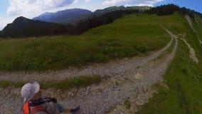 Mellersta ålderman som fotvandrar i Schweiz berg lager videofilmer