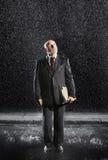 Mellersta åldrigt affärsmanWith Binder In regn Royaltyfri Foto