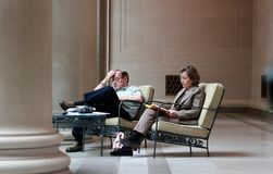 Mellersta åldrigt ta för par vilar i National Gallery av konst i Washington DC arkivfoto