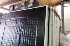 Mellersta östöl-Sheva, Israel - speglar av sol- vattenvärmeapparater i materiel Royaltyfri Bild
