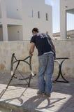 Mellersta öst Mitzpe Ramon, Israel - arbeta Ronnie Sasi installation av sol- vattenvärmeapparater med metalldelar Royaltyfria Bilder