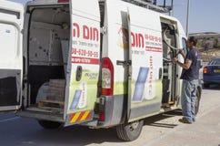 Mellersta öst Mitzpe Ramon, Israel - arbete på installationen av sol- vattenvärmeapparater Ronnie Sasi får ut ur bildelarna Royaltyfria Bilder