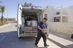 Mellersta öst Mitzpe Ramon, Israel, den Hom-Hanegev för bilföretag installationen av sol- vattenvärmeapparater och arbete med teg Arkivfoto