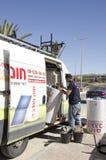 Mellersta öst Mitzpe Ramon, Israel Februari 29, arbete på Roni Sassi får den sol- kokkärlet av maskinen Fotografering för Bildbyråer