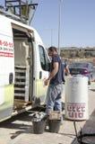 Mellersta öst Mitzpe Ramon, Israel Februari 29, arbete på Roni Sassi får den sol- kokkärlet av maskinen Royaltyfria Foton