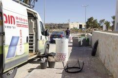 Mellersta öst Mitzpe Ramon, Israel Februari 29, Hom-Hanegev för säkerhetsbilföretag installation av sol- vattenvärmeapparater Royaltyfria Foton
