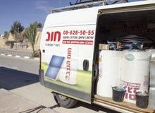 Mellersta öst Mitzpe Ramon, Israel Februari 29, installationen av nya sol- företag Hom-Hanegev för vattenvärmeapparater Arkivfoton