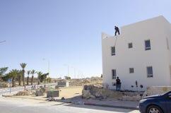 Mellersta öst Mitzpe Ramon, Israel Februari 29, installationen av nya sol- vattenvärmeapparater Arkivfoto