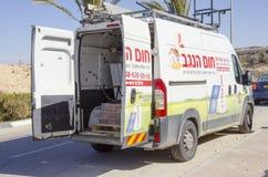 Mellersta Eastd- Mitzpe Ramon, Israel Februari 29, - den Hom-Hanegev för bilföretag installationen av sol- vattenvärmeapparater Arkivfoto