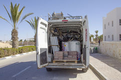 Mellersta Eastd- Mitzpe Ramon, Israel Februari 29, - den Hom-Hanegev för bilföretag installationen av sol- vattenvärmeapparater Arkivfoton
