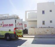 Mellersta Eastd- Mitzpe Ramon, Israel Februari 29, - den Hom-Hanegev för bilföretag installationen av sol- vattenvärmeapparater Royaltyfri Bild