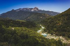 Mellersta gaffelKaweah flod och Moro Rock Royaltyfri Foto