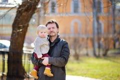Mellersta ålderfader med hans litet barnson Arkivfoton