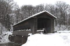 Mellersta väg täckt bro Arkivfoto