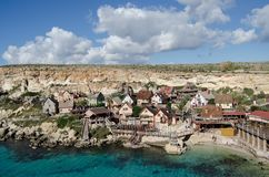 Mellieha, Malta 30 de dezembro de 2018 - casas coloridas de madeira na opinião do plateau de filmagem da vila de Popeye da baía d imagens de stock royalty free