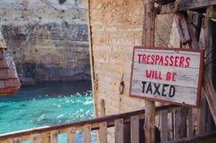 Mellieha, Malta, o 30 de dezembro de 2018 - nenhum sinal infrinjindo na casa áspera velha foto de stock royalty free