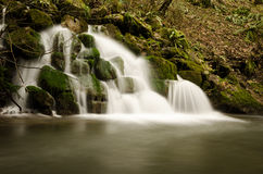 Mells铁长的曝光在萨默塞特,英国运作瀑布 库存图片