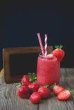 Melma della fragola su legno, bevanda di estate, bevanda fresca Fotografia Stock Libera da Diritti