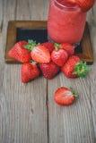 Melma della fragola su legno, bevanda di estate, bevanda fresca Immagine Stock Libera da Diritti