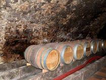 Melnik, République Tchèque Tonneaux de vin dans la cave du musée de la vinification Image libre de droits