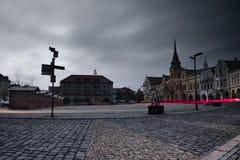 Melnik, república checa - 11 de novembro de 2017: quadrado histórico de Namesti Miru com pavimento no primeiro plano na noite Imagens de Stock Royalty Free