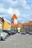 Melnik, Tsjechische republiek Een mening van de straat met klokketoren Stock Fotografie