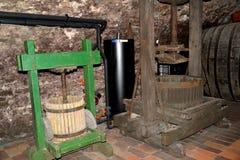 Melnik, Tsjechische republiek Schroef de pers voor een sapextractie van druiven Wijnkelder van het museum van wijnbereiding Melni Stock Fotografie