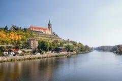 Melnikslot op bovenkant over Europese rivier Labe in herfst Tsjechisch landschap royalty-vrije stock foto