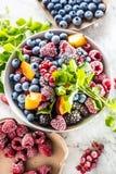 Melocotón de la pasa roja de la frambuesa de la zarzamora de los arándanos de las frutas y toronjil congelados de las hierbas fotos de archivo