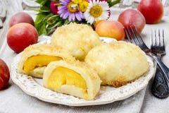 Melocotón en los pasteles, plato austríaco popular fotos de archivo