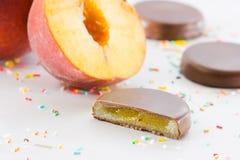 Melocotón y chocolate Foto de archivo libre de regalías