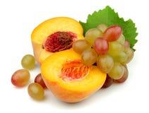 Melocotón con las uvas Foto de archivo libre de regalías