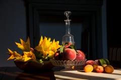 Melocotones y albaricoques con las flores del calabacín imágenes de archivo libres de regalías