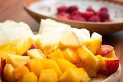 Melocotones y ensalada del melón imagen de archivo