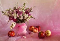Melocotones y flores Foto de archivo