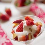 Melocotones y fresas foto de archivo