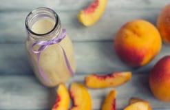 Melocotones y smoothie Foto de archivo libre de regalías