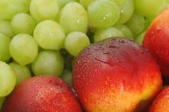 Melocotones y uva 03 Fotos de archivo libres de regalías