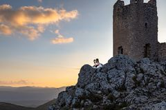 Melodia o depositário do cão do castelo - Rocca Calascio imagens de stock