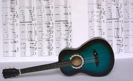 Melodie nuove di prova con la chitarra Immagine Stock